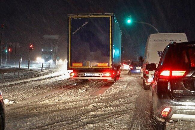 Auf der B180, Auffahrt zur A4 Hohenstein-Ernstthal in Richtung Chemnitz, stand am Mittwochmorgen ein Lkw auf schneeglatter Fahrbahn.