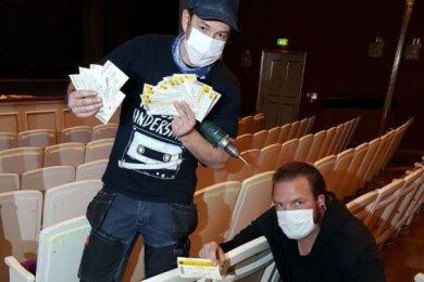Hartmuth Gottschling (l.) und Maik Sorms präsentieren die entdeckten Theaterkarten.