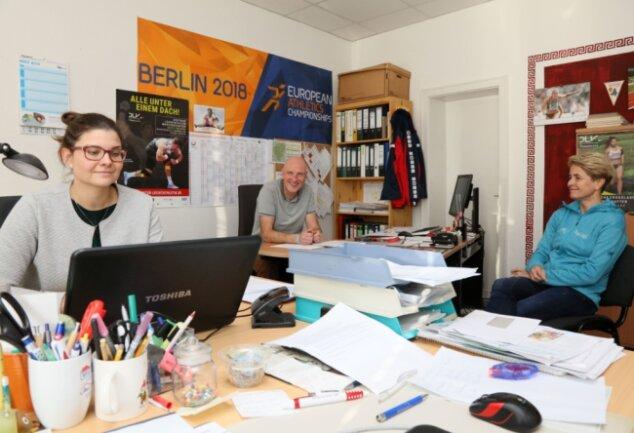 Grit Nürnberger, Geschäftsführerin des Kreissportbundes Zwickau (r.), im Gespräch über die aktuelle Situation mit den Regionaltrainern Jana Brauße (Turnen) und Michael Müller (Leichtathletik).
