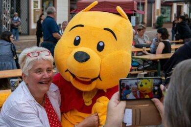 Das Bär-Maskottchen war nicht nur bei jüngeren Besuchern gefragt. Auch die Penigerin Petra Rosin ließ sich mit ihm fotografieren.