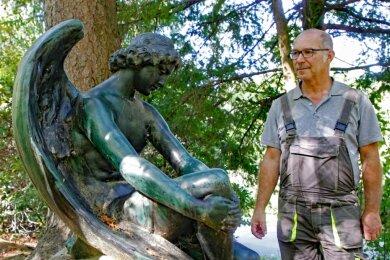 Garten- und Landschaftsgestalter Steffen Packmohr ist vom Wald- und Parkcharakter des Plauener Friedhofs mit seinen Skulpturen immer wieder aufs Neue fasziniert.