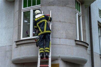 Im ersten Obergeschoss eines Hauses in der Kaiserstraße war das Feuer ausgebrochen. Die Feuerwehr schaute vorsorglich auch durchs Fenster in eine Nachbarwohnung, in der sich jedoch niemand aufhielt.
