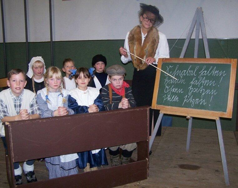 Schnabel halten, Hände falten, Ohren spitzen, stille sitzen! Die Kinder aus der Klasse 3a demonstrieren mit Lehrerin Ina Lorenz, wie Schule einst ablief.