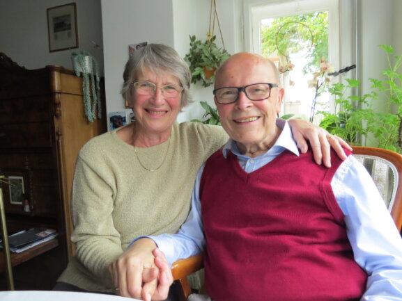 Der frühere Superintendent und Ehrenbürger der Stadt Plauen, Thomas Küttler, ist tot. Dieses Foto mit seiner Frau Brigitte entstand 2017 bei einem Besuch ins einer Wohnung in Leipzig.