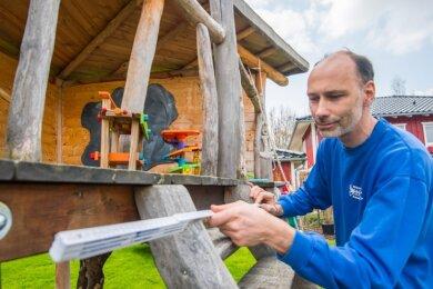 Welche Art Baumhaus soll es denn sein? Mit dieser Frage wenden sich Axel Bayer und seine Firmen-Mitarbeiter an die Kundschaft. Auch an der Paul-Spiegel-Straße in Chemnitz hat der Betrieb aus Neukirchen einen Auftrag ausgeführt.