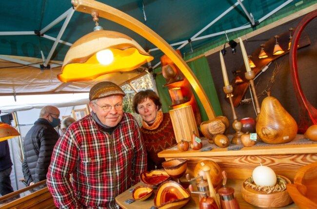 Beim 5. voradventlichen Kunsthandwerkermarkt war zum ersten Mal Rainer Mewes dabei, der mit wunderschönen Holzgegenständen die Kunden anzog. Filigran gestalte Lampenschirme aus Esche faszinierten genauso wie die Gewürzmühlen, Schalen und Accessoires.