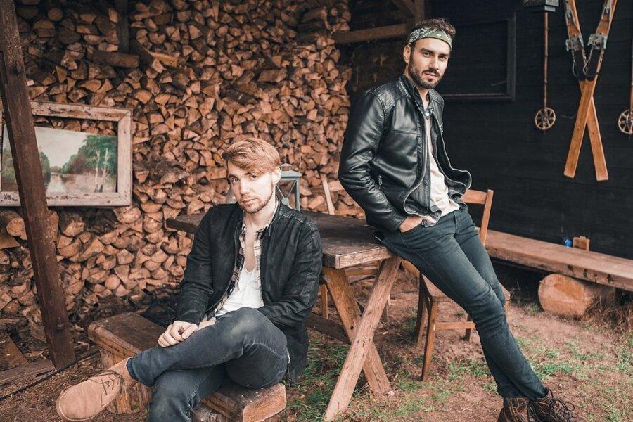 """Jan Thierfelder und Tim Bergelt (l.) bilden das Duo Jante. Auftritte absolvieren sie zu zweit oder mit Band. Am heutigen Freitag veröffentlichen sie eine neue Akustik-EP """"Blick ins Leise""""."""