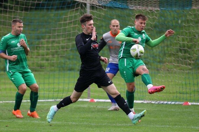 Auch MSV-Stürmer Julian Rudolph (dunkles Trikot) hatte gegen abwehrstarke Oelsnitzer einen schweren Stand.