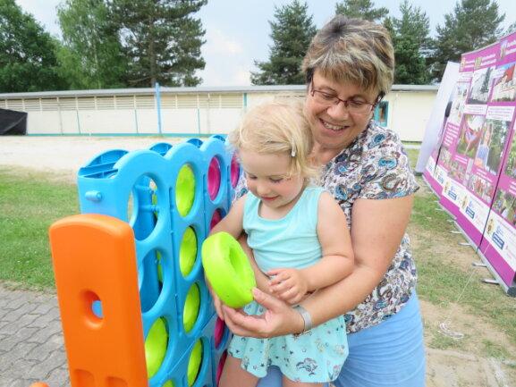 """Oma Petra Lotze aus Schneeberg mit Enkelkind Ida (3) aus Aue beim Riesenspiel-Steckspiel  """"Vier gewinnt"""""""