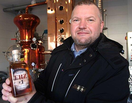 """Betriebsleiter Mike Schneising mit dem neuesten Wurf aus dem Hause Lautergold: Der """"Erz #1"""" soll Whisky-Liebhaber verzücken."""