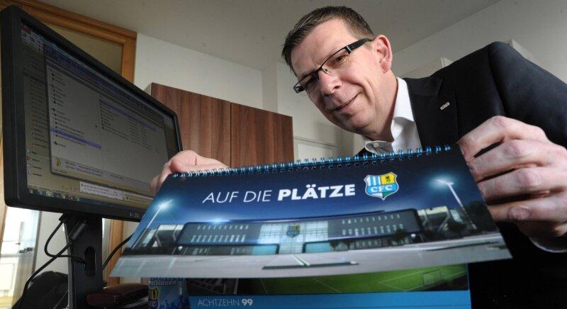 Holger Sokolowski in seinem gerade bezogenen Büro an der Barbarossastraße. Der neue Teamleiter des CFC-Vermarkters Infront zeigt den Prospekt mit der Außenansicht der künftigen Haupttribüne im Stadion an der Gellertstraße.