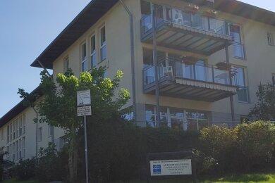 Im Markneukirchener Pflegeheim Haus Ölbaum sind 21 Personen positiv auf das Coronavirus getestet worden - neun Mitarbeiter und zwölf Bewohner. Für die Einrichtung des Diakonievereins, die über 76 vollstationäre Pflegeplätze verfügt, herrscht Besuchsverbot. Schwere Verläufe kennt der Verantwortliche bislang nicht.