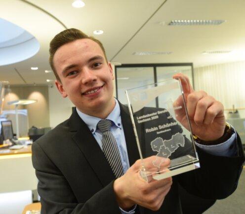Robin Schönherr mit der Auszeichnung des Landesbesten in der Ausbildung zum Bankkaufmann. Der Mitarbeiter der Commerzbank Chemnitz schaffte bei der Abschlussprüfung 97 von 100 möglichen Punkten.