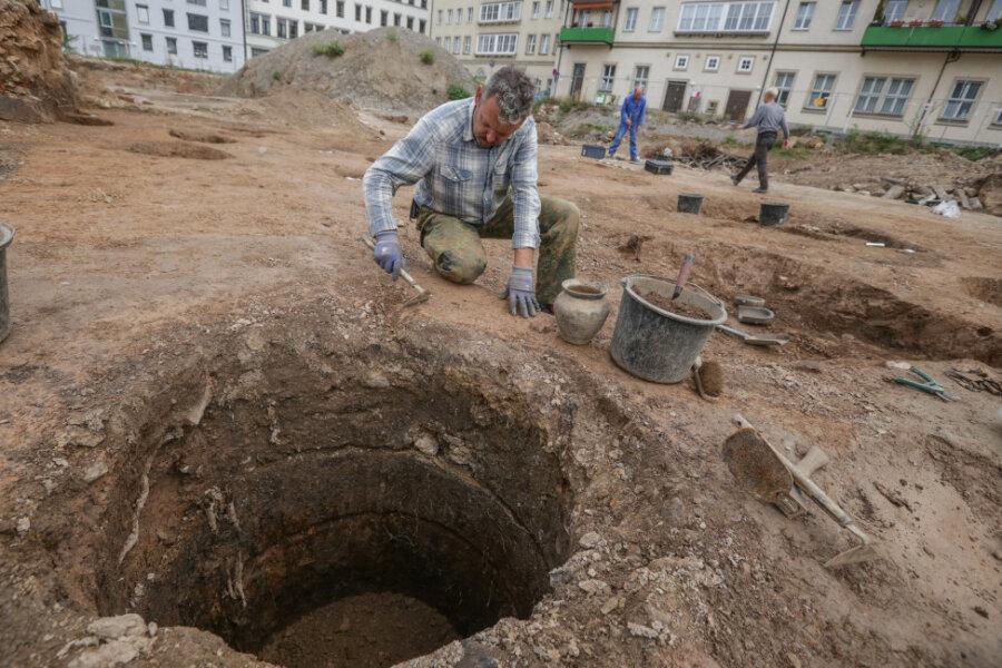 Bei den Ausgrabungen am Getreidemarkt in der Innenstadt 2019 untersuchten Grabungsarbeiter wie im Bild René Fiedler auch einen mit Holz ausgekleideten Brunnen.