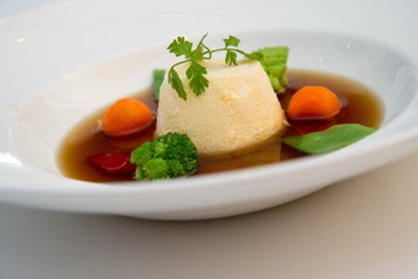 Eierstich muss nicht immer gewürfelt werden - er lässt sich auch in kleinen Tassen zubereiten und dann im Ganzen in den Suppenteller stürzen.