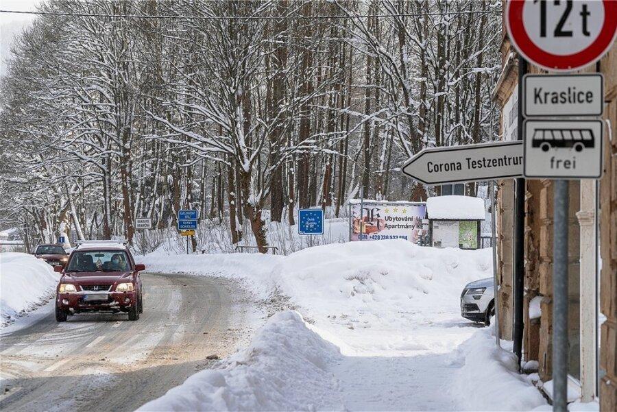 Da nützt auch das Testzentrum an der Grenze nichts: Der Verkehr zwischen Sachsen und Tschechien - hier am Donnerstag zwischen Klingenthal und Kraslice - soll nun weitgehend zum Erliegen kommen.