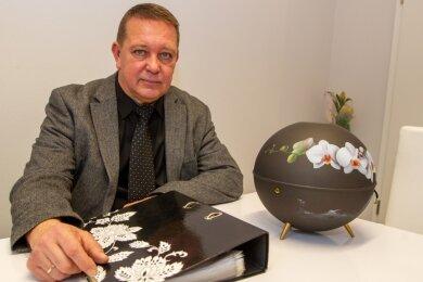 Andreas Todt ist seit 28 Jahren Bestatter in Plauen. Seine Branche spüre zunehmend die Auswirkungen der Pandemie, sagt er. Die Maßnahmen der Landesregierung hingegen hält er für überzogen.