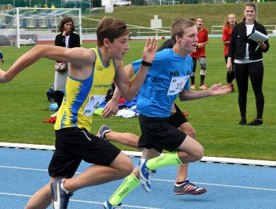 Eliah Schreiber (l.) von der LG Mittweida sprintete über die 75 Meter für das Team Erzgebirge mit den Mittelsachsen