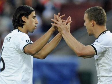 Sami Khedira (l.) klatscht Torschütze Lukas Podolski ab