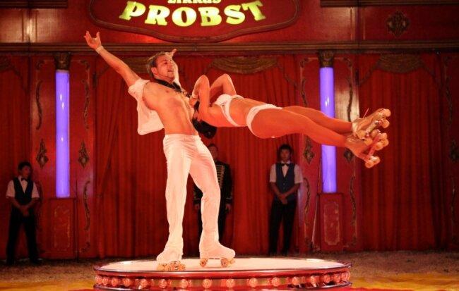 """Die italienischen Rollschuhartisten """"Duo Medini"""" mit Vanessa und Emanuel Medini vom Zirkus Probst am Samstag in Zschopau."""