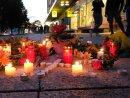 Blumen und Kerzen liegen auf einem Weg in der Chemnitzer Innenstadt. Hier kam am Sonntag ein Mensch ums Leben.