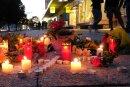 Blumen und Kerzen liegen auf einem Weg in der Chemnitzer Innenstadt. Hier kam am Sonntag ein Mensch ums Leben.     Blumen und Kerzen liegen auf einem Weg in der Chemnitzer Innenstadt. Hier kam am Sonntag ein Mensch ums Leben.