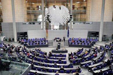 Jens Spahn (CDU), Bundesminister für Gesundheit, spricht in der Debatte vor der Verabschiedung der Änderung des Infektionsschutzgesetzes , dem Gesetzes zum Schutz der Bevölkerung bei einer epidemischen Lage von nationaler Tragweite.