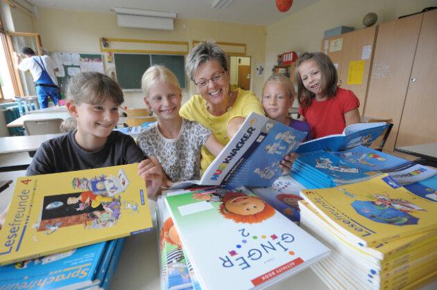 An der Grundschule Kleinolbersdorf sortierten Sarah, Hannah, Schulleiterin Evelyn Beschnitt, Nicole und Lena (von links) am Montag die neuen Lehrbücher. Die Schule kann dieses Jahr keine erste Klasse bilden.