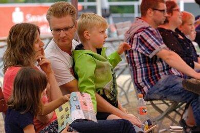 Diana und Michael Stürmer machten es sich Samstagnachmittag mit Sohn Moritz und dessen Cousine Jasmin im Open-Air-Kino des Parktheaters unter den aufgespannten Schirmen bequem.
