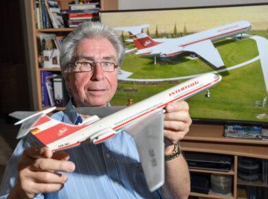 Heinz-Dieter Kallbach, Pilot, zeigt in seinem Wohnzimmer ein Modell einer IL-62 der ehemaligen DDR-Fluggesellschaft Interflug.