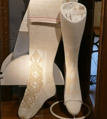 Aus reiner Seide wurden diese Hochzeitsstrümpfe um 1880 hergestellt.