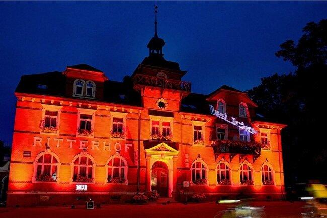"""Zur """"Night of Light"""" am Dienstagabend ließ René Hoch wie schon im Vorjahr den """"Ritterhof"""" in Altmittweida ganz in Rot leuchten."""
