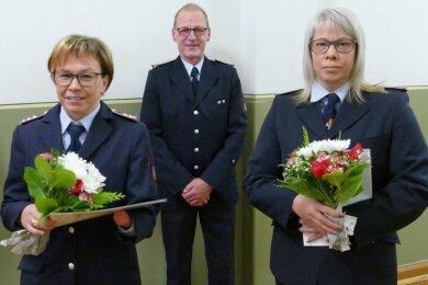 Vor der letzten Sitzung des Zschopauer Stadtrats in diesem Jahr hat der stellvertretende Wehrleiter Jens Schmidt verdienstvolle Mitglieder der freiwilligen Feuerwehren Zschopau und Krumhermersdorf ausgezeichnet. Darunter auch Katrin Hildebrandt (links) und Peggy Mayerhofer, die sich in der Kinderwehr der Motorradstadt engagieren.