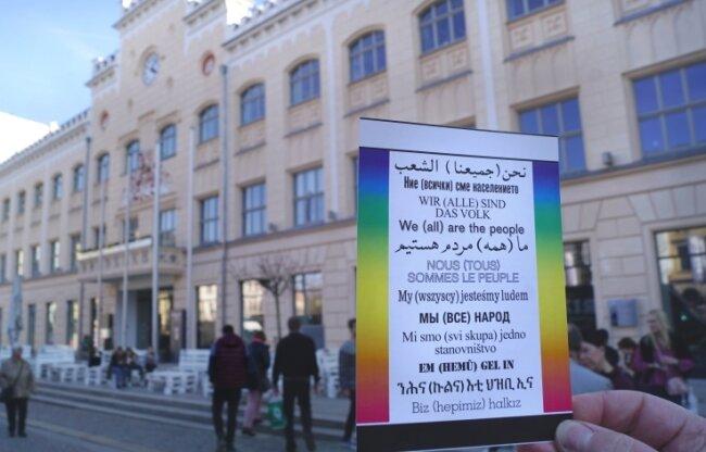 Mit einem Poster von Hans Haacke, angebracht gegenüber dem Zwickauer Rathaus, bekannte der Verein im Jahr 2019 auch außerhalb der Galerie Farbe.