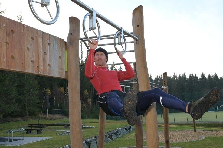 Denny Bräuer, im Sportpark Bereichsleiter Sport, weiß, dass im Cross-Fitness-Parcours für alle Muskelgruppen etwas dabei ist.