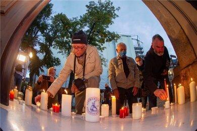 Am Südportal der Plauener Lutherkirche wurden am Mittwochabend zur Erinnerung an die Geschehnisse vor 31 Jahren Kerzen angezündet.
