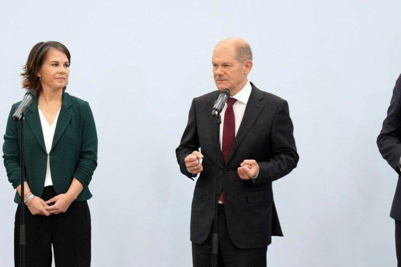 Wollen es zusammen versuchen: Grünenchefin Annalena Baerbock (von links), SPD-Kanzlerkandidat Olaf Scholz und FDP-Chef Christian Lindner nach der Sondierungsrunde.