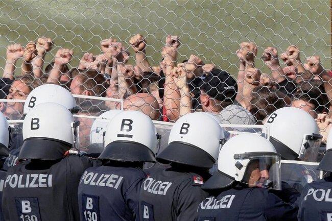 """Bei der Grenzschutzübung """"Proborders"""" in Spielfeld an der österreichischen Grenze zu Slowenien stehen Polizisten den Flüchtlingsdarstellern gegenüber. Die Übung soll die Polizei in der Abwehr von Flüchtlingen schulen."""