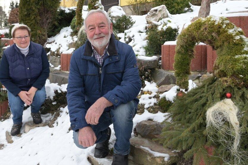 Kreation für die Weihnachtszeit: Im Vorgarten des Hauses von Regina und Herbert Schnalke in Burkhardtsgrün stehen Wichtel.