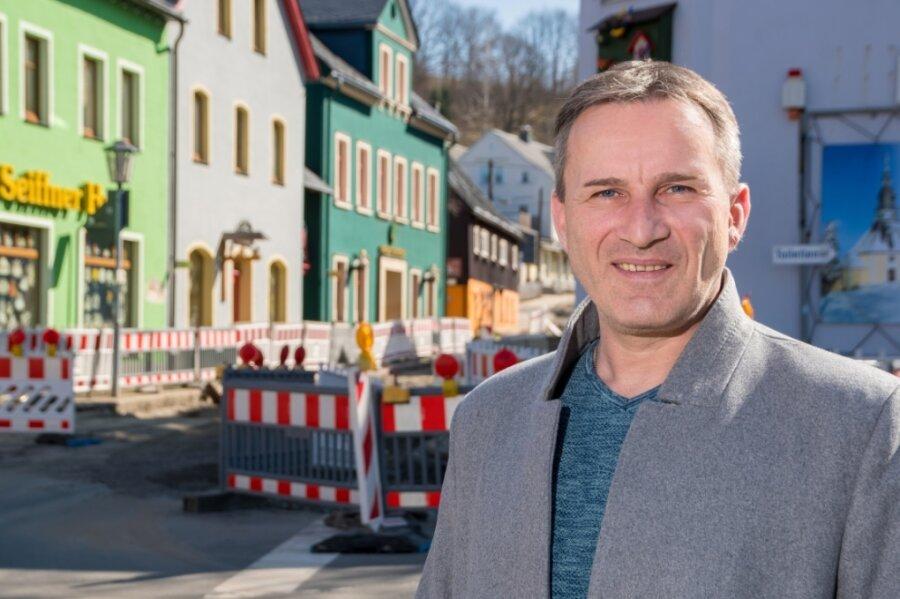 Seiffens Bürgermeister Martin Wittig, in dessen Kommune derzeit ein weiterer Abschnitt der durch das Spielzeugdorf führenden Hauptstraße saniert wird.