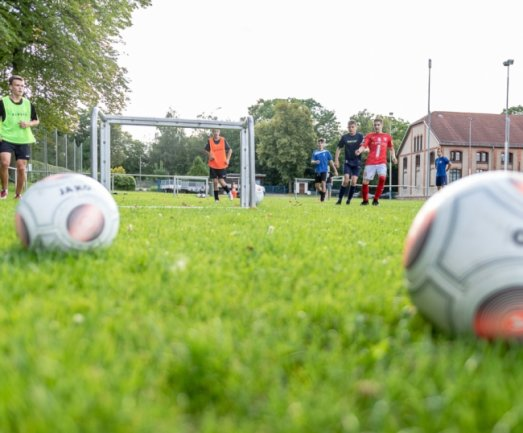 Die B-Junioren des Sportvereins TV Vater Jahn trainieren auf dem Sportplatz vor der Turnhalle an der Vater-Jahn-Straße in Burgstädt. Die Sportler wünschen sich seit Jahren einen Kunstrasenplatz.
