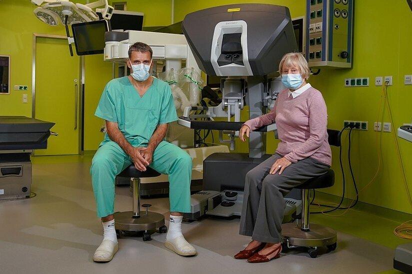 """Wiedersehen im OP-Saal in der Uniklinik Dresden: Professor Jürgen Weitz und Darmkrebs-Patientin Liane Dintner am Roboter """"Da Vinci"""". Während des minimalinvasiven Eingriffs steuert der Arzt die Instrumente mithilfe zweier Griffe, die einem Joystick ähneln."""