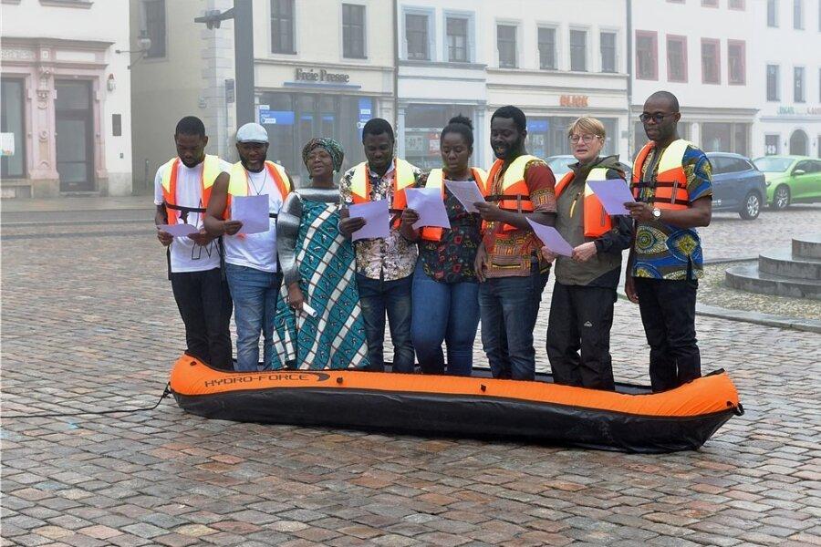 Sechs Studenten aus Ghana und Nigeria, verstärkt von Dozentin Ramatu Leeder-Kamanda (3. v.l.) und Stadträtin Jana Pinka (Die Linke, 7. v. l.), sangen auf dem Obermarkt in Freiberg die Ode an die Freude. Die Aktion des Konzeptkünstlers Shannon Alexander Murphy soll für Hoffnung und Verständigung stehen.