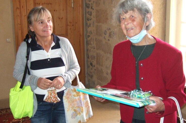 Marion Schulz (links), Vorsitzende der Reichenbacher Neuberin-Gesellschaft, hat der Blankenburgerin Hilde Thoms Veröffentlichungen aus dem Neuberin-Museum übergeben.