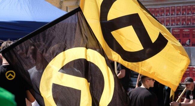 Die Flaggen, fotografiert bei einer Demonstration vor zwei Jahren in Halle, zeigen Logo und Farben der Identitären Bewegung.