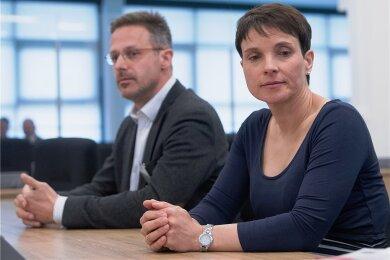 Petry mit Ehemann Marcus Pretzell beim Prozess.