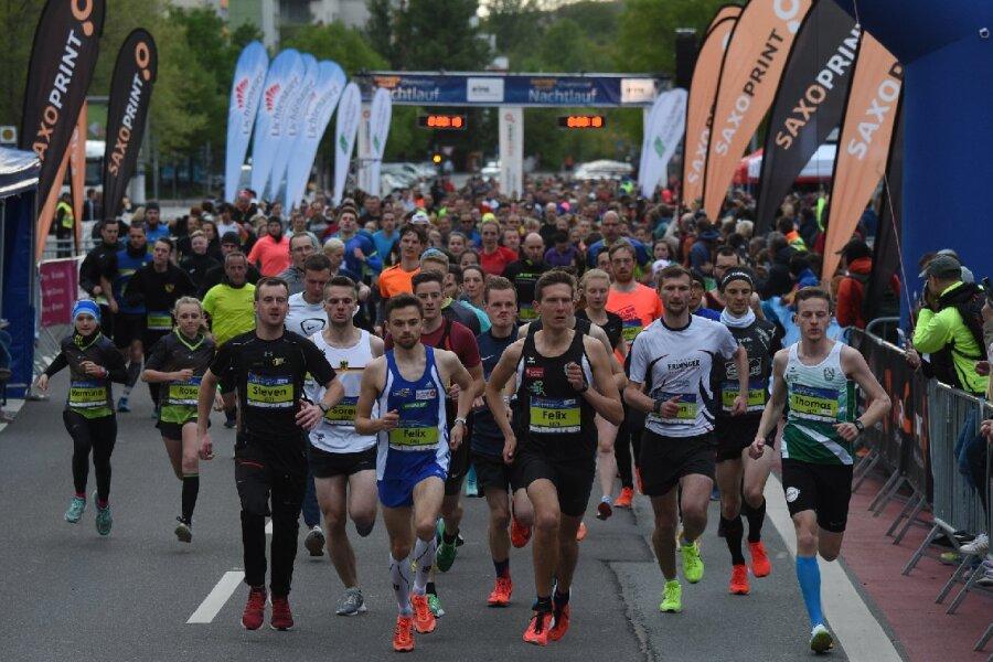 Die ersten Teilnehmer starteten um 19.30 Uhr zum Lauf über fünf Kilometer.