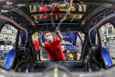 Bei Porsche in Leipzig stellen Mitarbeiter Fahrzeuge des Typs Macan fertig. Die Industrie in Sachsen erholt sich wieder. Trotz Lockdown hat sie derzeit kaum mit Lieferengpässen zu kämpfen.