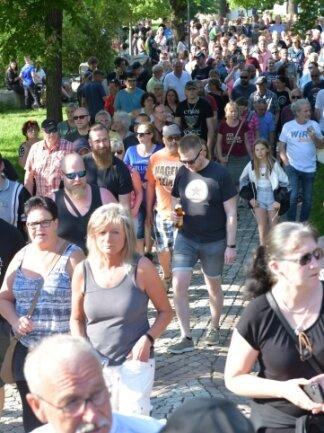 """Erneut sind zahlreiche Menschen im Albertpark zum """"Montagsspaziergang"""" aufgebrochen."""