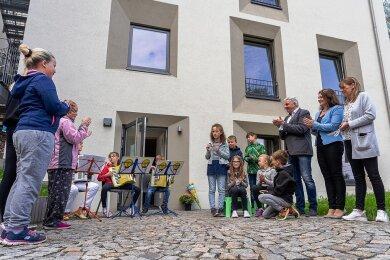 Mit einem Programm der Hortkinder ist der neue Hort der Gebrüder-Grimm-Grundschule Auerbach eingeweiht worden.